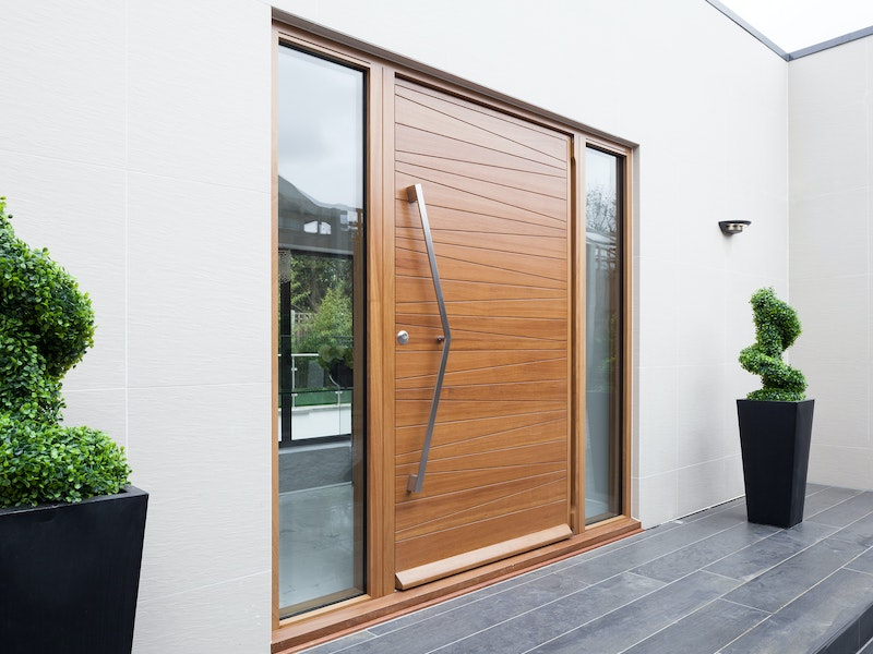 This zig zag handle is a great combination with the door design