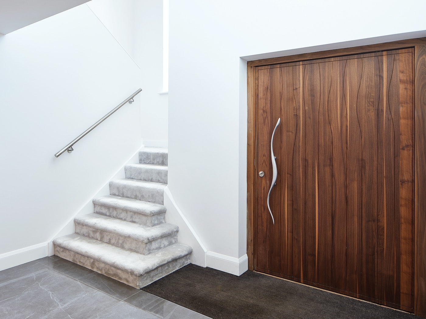 This stunning wav handle is the perfect match to the wav design on the front door