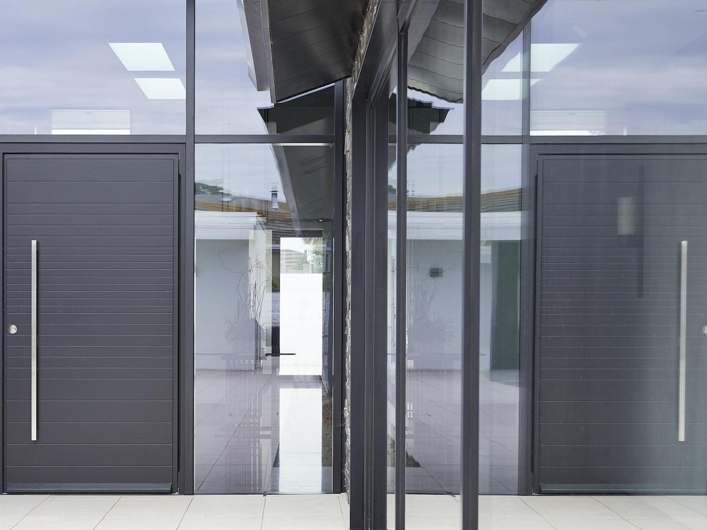 doors in glass urban front 6