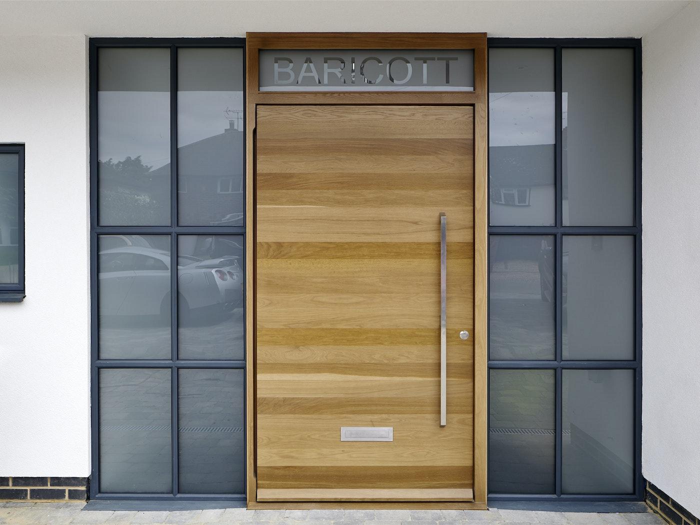 Raw Pivot doorset in European Oak with Option 11a handle