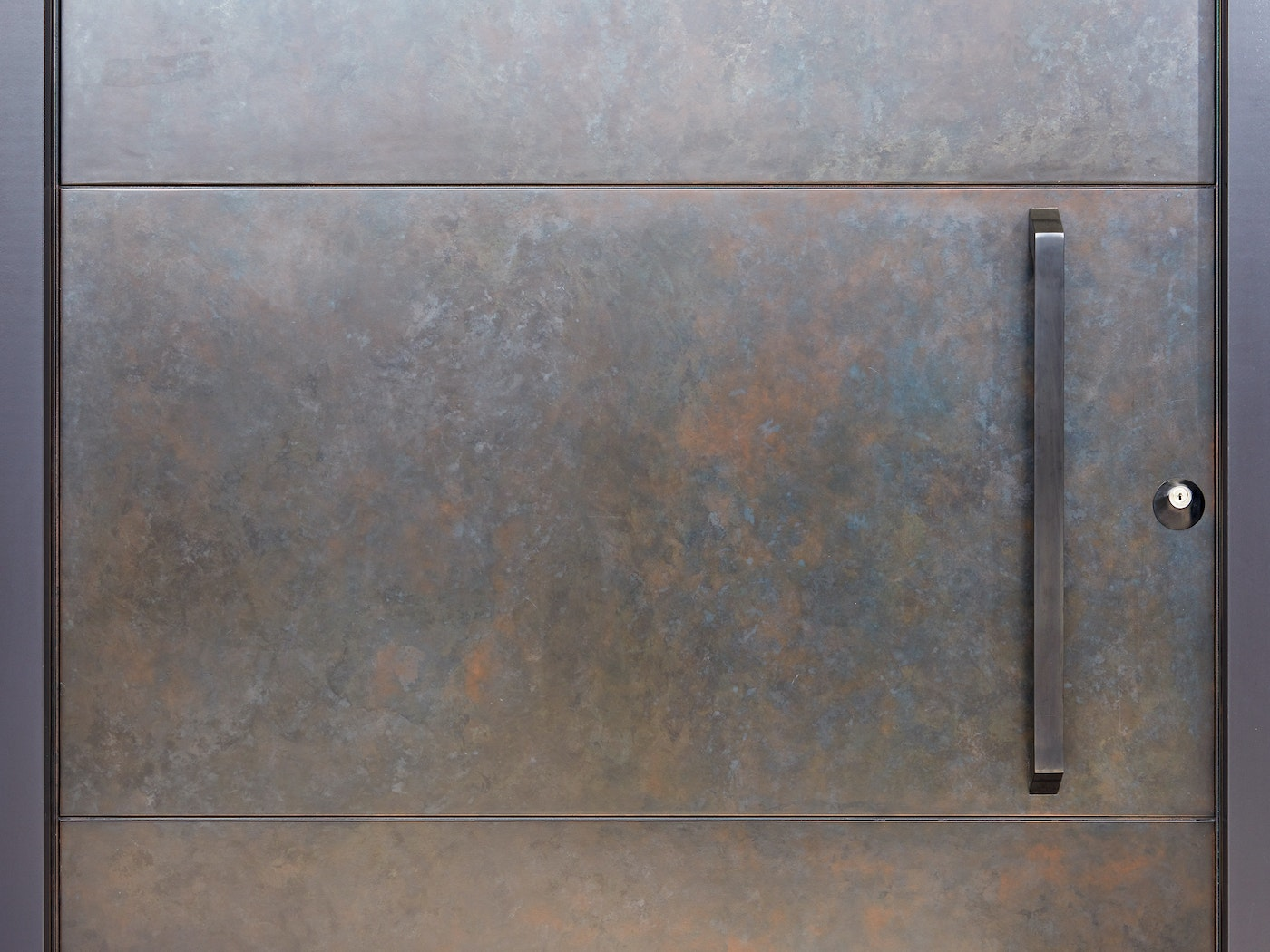 The beauty is in the detail - the liquid metal finish creates unique variations that make every door extra special!