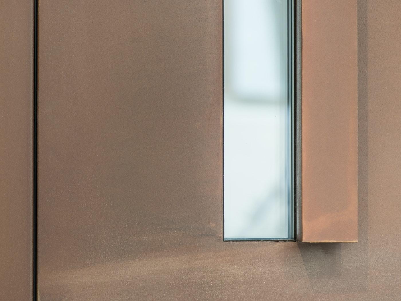 """""""Terano"""" steel front door in bronze, with L-shaped handle"""